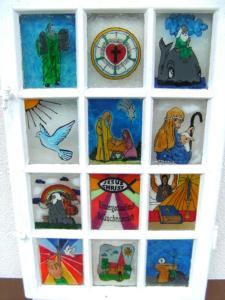 Dieses Fenster haben die Kindergottesdienstkinder mit Windowcolors bemalt.